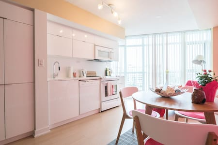 Couple's Cozy home in downtown Toronto w/ Parking - Toronto - Condominium