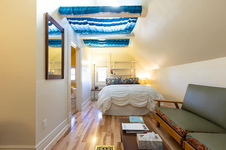 Spacious room with private bath in Central Denver