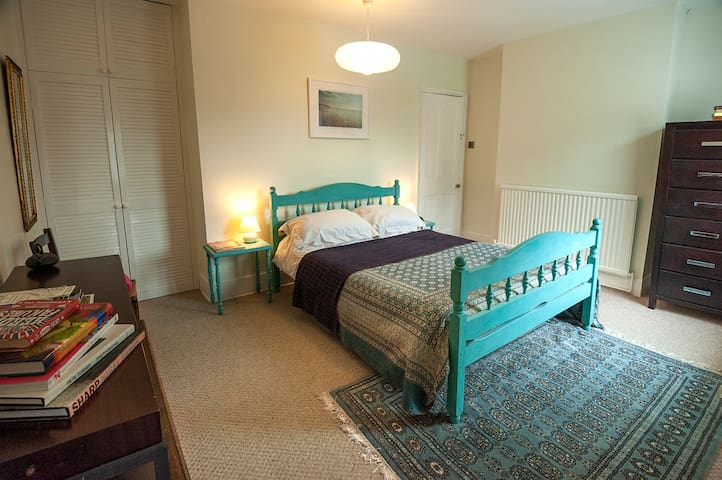 Double room with ensuite, close to everything!