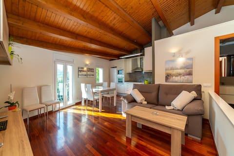Loft Can18 apartament.  Comfort, fusta i llum