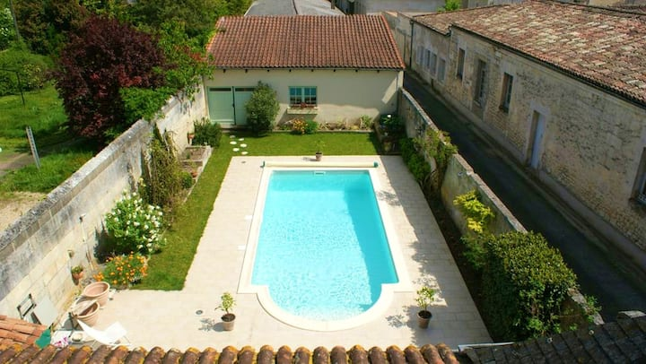 Studio in Jonzac, with shared pool, enclosed garden and WiFi - 50 km from the beach