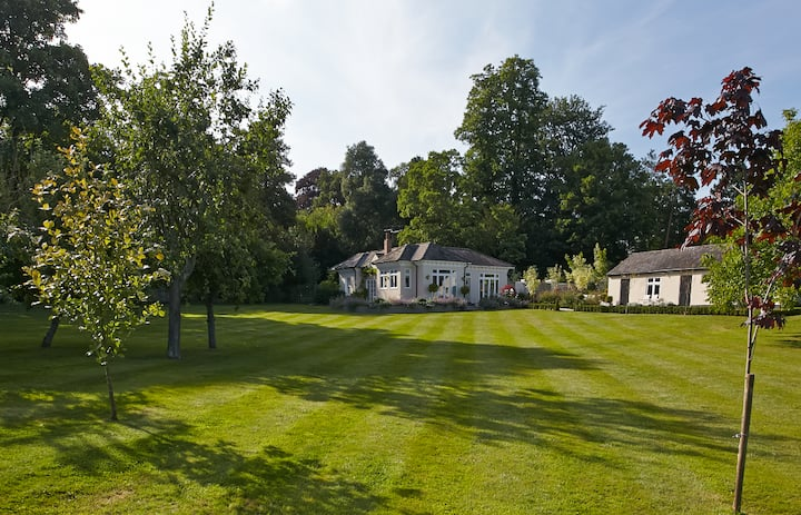 5* sleeps 10 in Gosfield House & converted stables