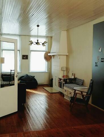 Ruime kamer in minimalistisch stadsappartement wohnungen for Minimalistisch werden