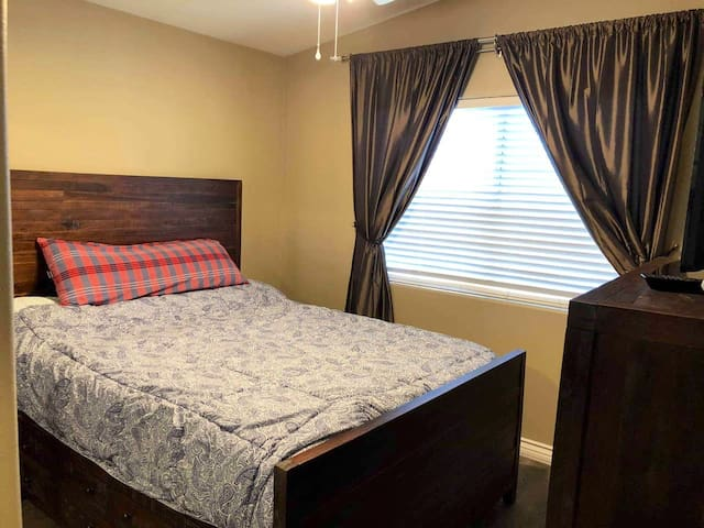 Private room close to Six Flags and Castaic Lake