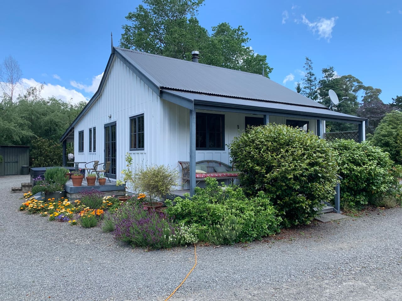 A modern early settlers' style cottage, charm, comfort, convenience.... and more