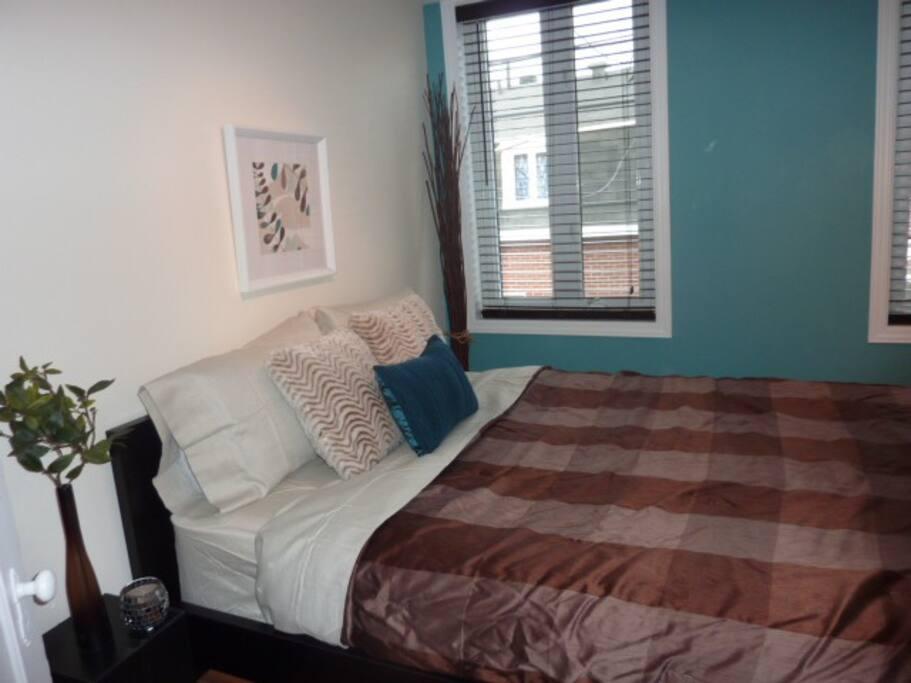 Chambre avec lit Queen et 2 fenêtre**lumineuse