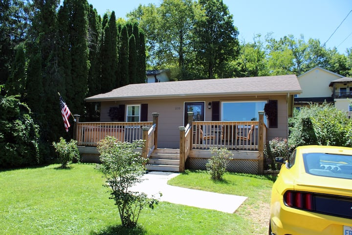☺ Beautiful Private Downtown Cottage with Hot Tub!