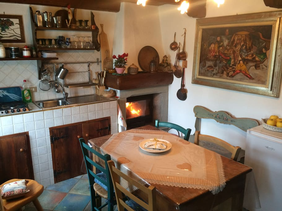La cucina ed il caminetto a legna - The kitchen and wood burning fireplace