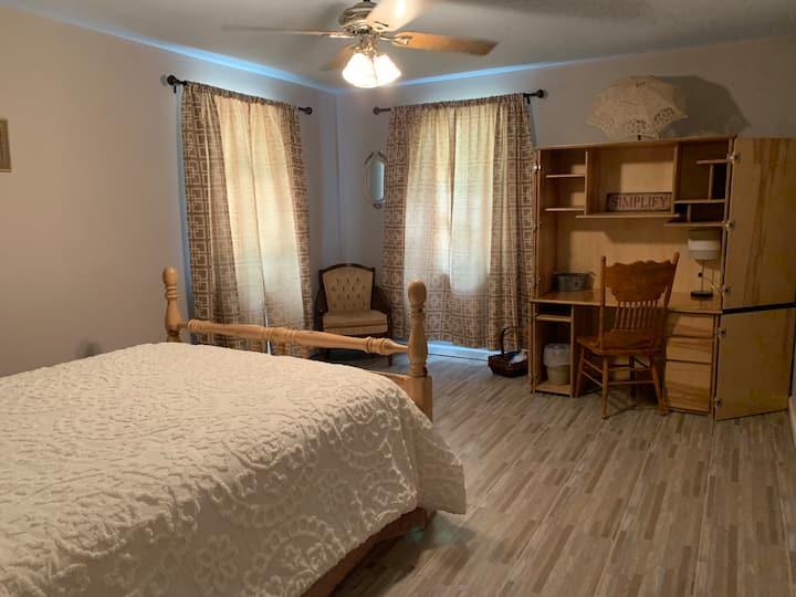 Comfy Bedroom #2 in Cartersville Hostel Exit 290