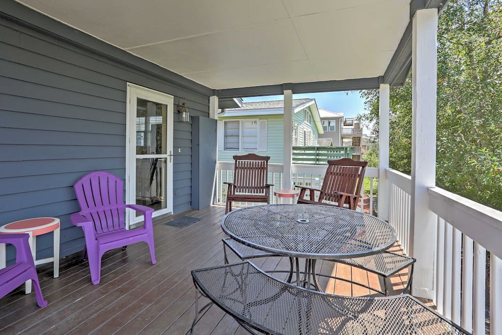 Look forward to lounging on the deck with your loved ones after soaking up the sun on the beach, a short walk away.