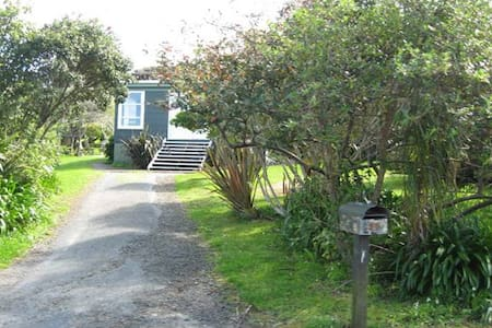 Cosy, basic room with a small double bed - Bethells Beach - Hus