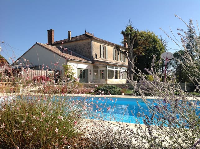 Maison de Maitre, large heated pool,sleeps 10+ - Bourg - House