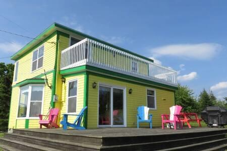 Bright View Cottage. Walk to Sandy Beach
