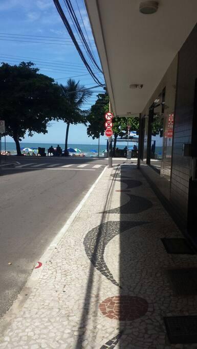nessa Rua (lateral) possui loja para aluguel de bicicletas, individuais e em dupla., distância menor que 100 metros para chegar na praia