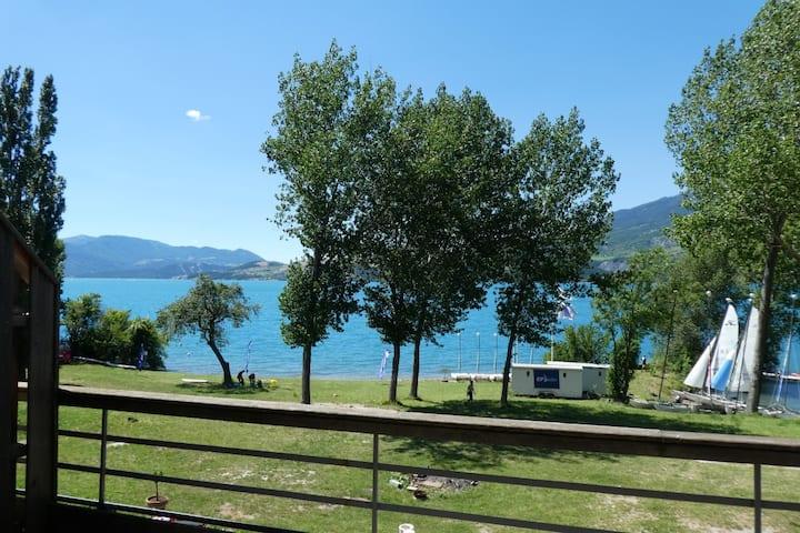 Studio grand balcon au bord du lac de Serre-ponçon