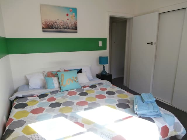 Sunny home with young professional host - room 1 - Dunedin