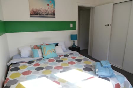 Sunny home with young professional host - room 1 - Dunedin - Dům