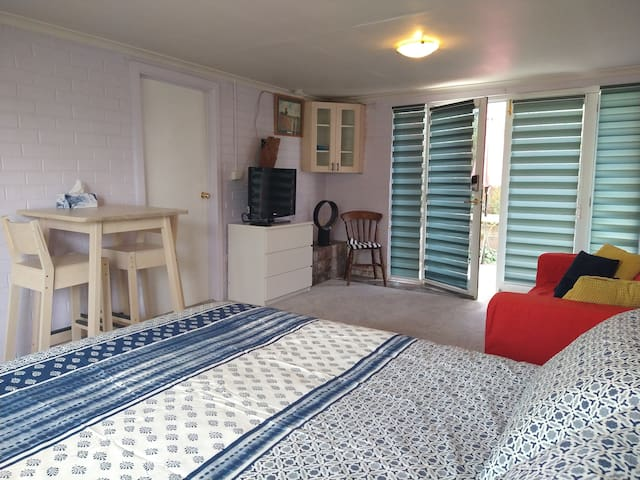 Getaway Guesthouse - Central Woden - KingBed&WiFi