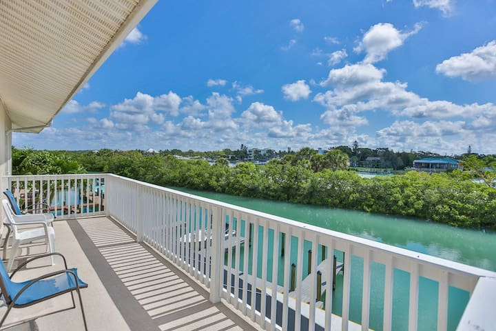Spacious 1BR Condo on Casey Key with Great Views!!