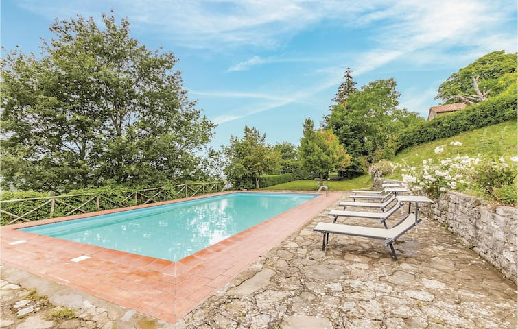 Holiday cottage with 10 bedrooms on 400m² in Cortona  AR