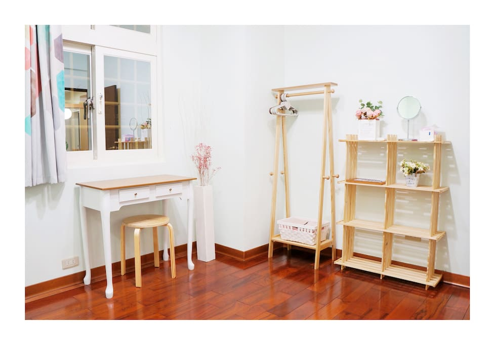 雙人房書桌和衣架/Desk and clothes stand in double room B