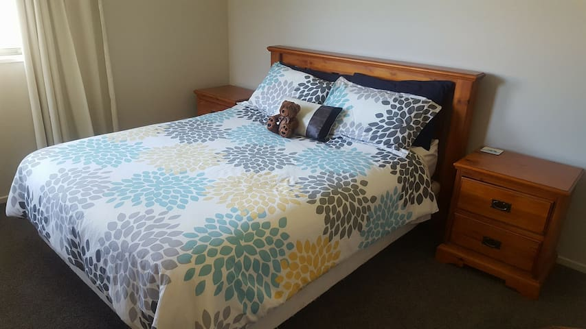 Queen Bed, Parking, Wifi, Breakfast Included