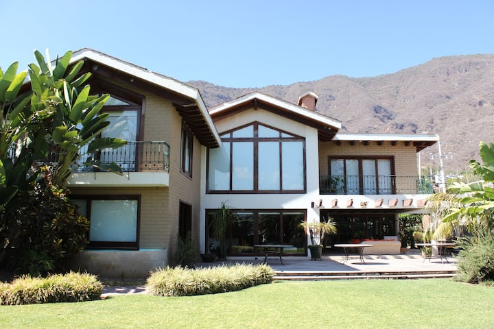 Hermosa y amplia casa para descanso frente a lago