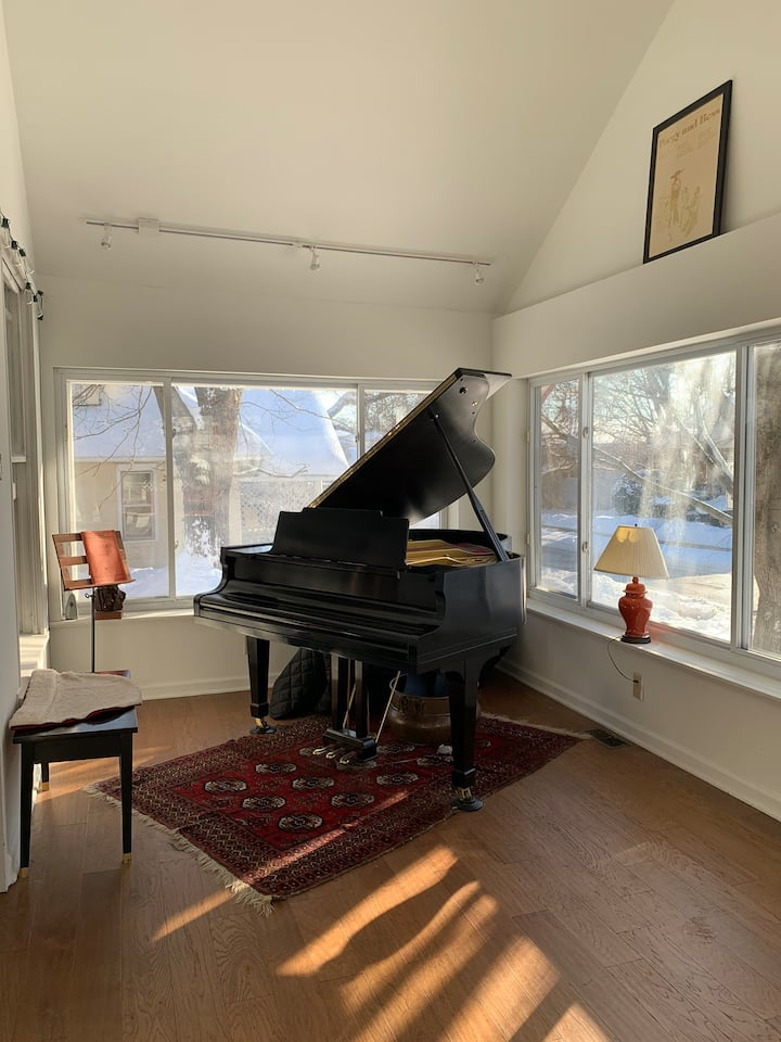 Cute Bungalow walking distance to downtown
