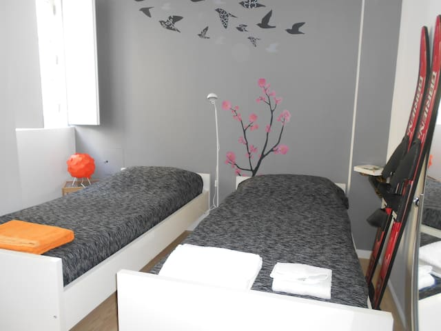 Triplex quarto/wc privado. Pç das Flores. Pr. Real - Lisboa - Dům