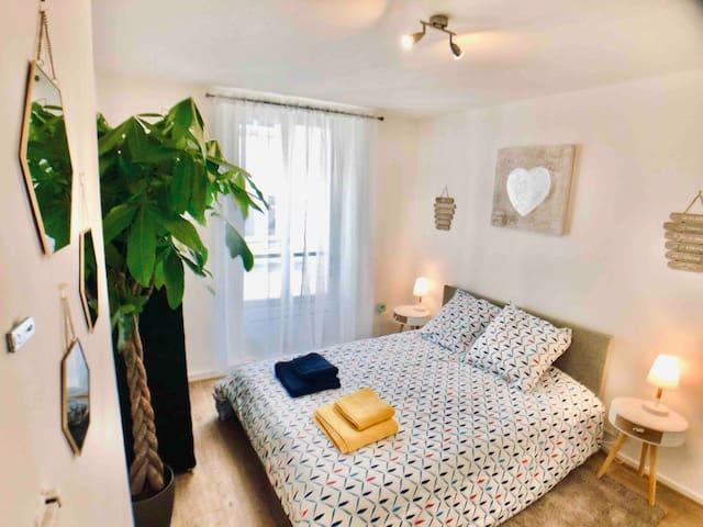 Chambre avec lit double, placard. Ambiance chaleureuse pour un repos optimal.  Appartement hypercentre Lagny-sur-Marne. Proche Disneyland et gare avec accès rapide à Paris. Bords de Marne.