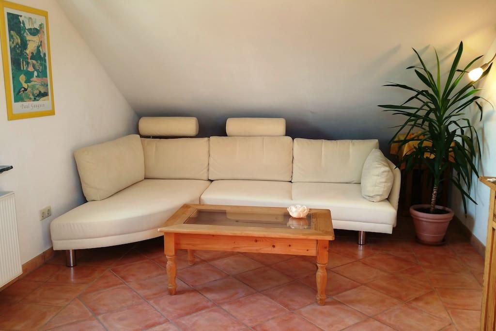 Helles Studio-Wohnzimmer mit Kuschel-Couch