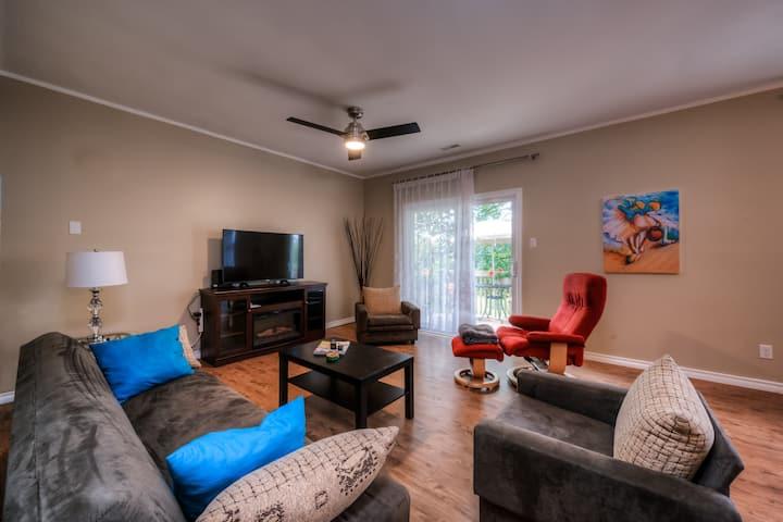 Beautiful, modern suite- full kitchen & Fireplace