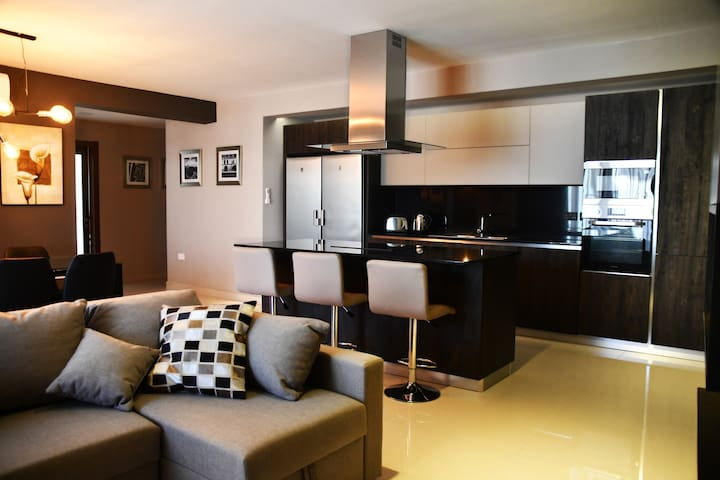 Luxuriously Designed Apartment w/ 12m² terrace CB3