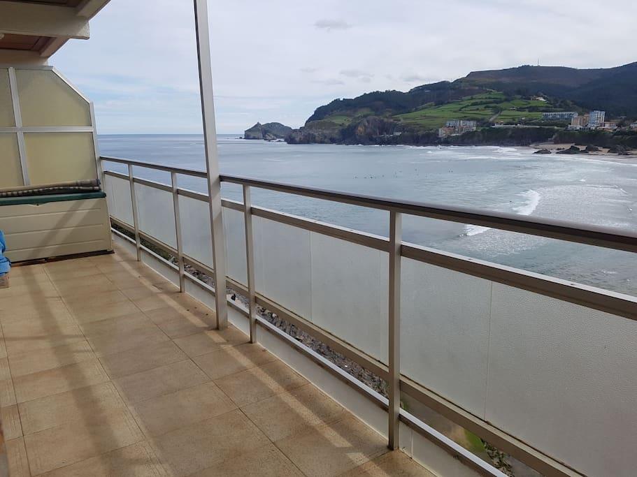 Vista de San Juan de Gaztelugatxe desde la terraza. View of San Juan de Gaztelugatxe from the terrace.