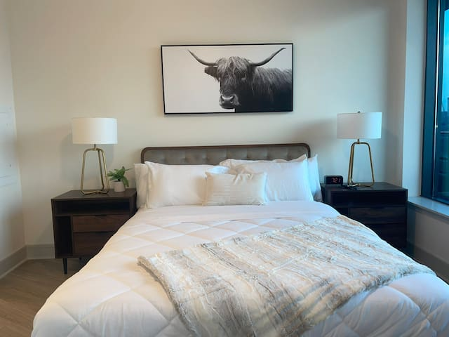 1 queen size bed with 2 night stands and very comfortable mattress and therapeutic pillows.