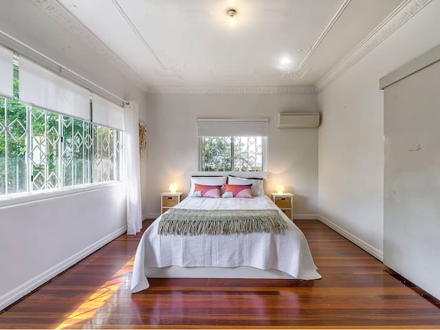 Clayfield Art Deco 3 bed House Aircon Clayfield