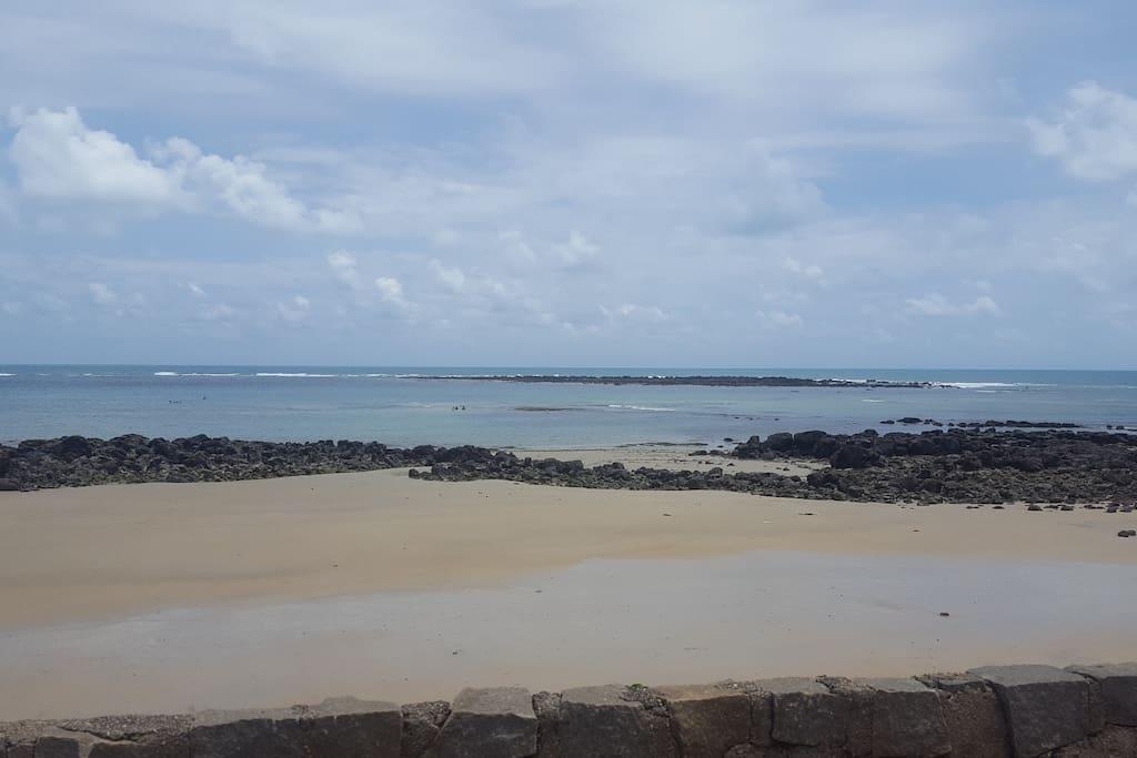 Vista da praia,mar sem ondas com a maré seca.
