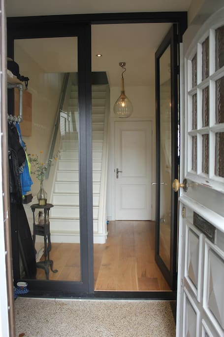 Spacious entrance and hallway with the firts part a seamless floor from 1926.