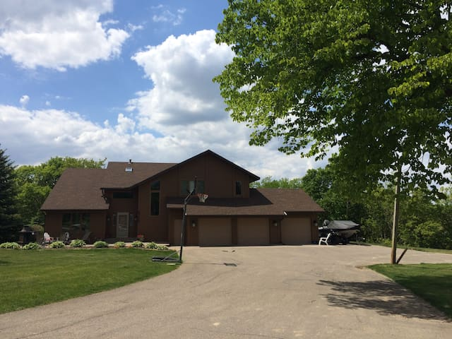 Ryder Cup Rental (Pool & Hot Tub!) - Chanhassen - Talo