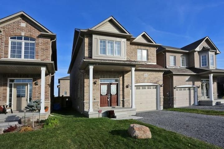 New Home in Upscale Neigbourhood, Pet Friendly - Bowmanville - House