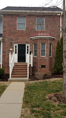 Cozy townhome 7 minutes from uptown - Charlotte - House