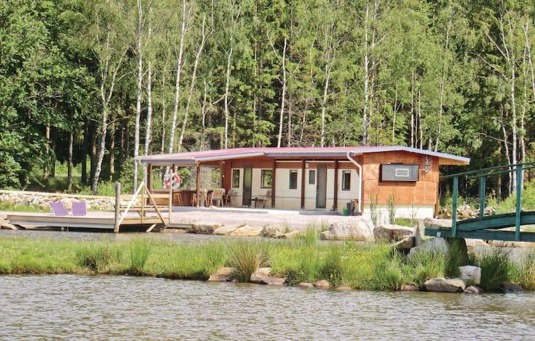 Mysig villavagn intill sjö och natur!