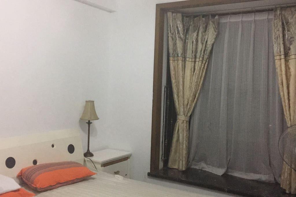 带飘窗的卧室 有书桌和衣柜