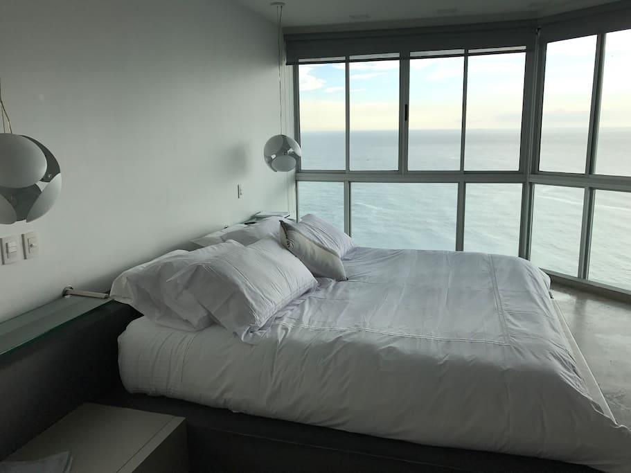 Habitación principal cama king , televisor 50' mini bar y baño privado
