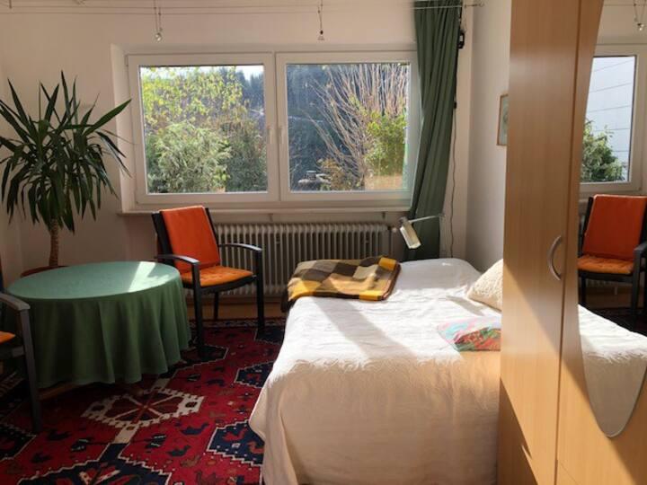 Helles Zimmer mit Waldblick