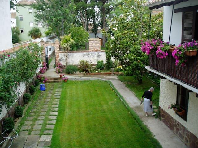casa señorial con dos salones  jardín  , y piscina - Novillas - Дом