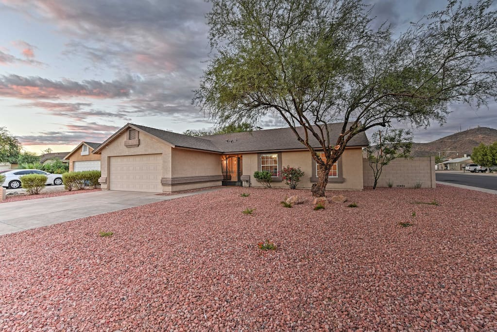 This ranch-style home grants  access to hiking, golfing, and downtown Phoenix!