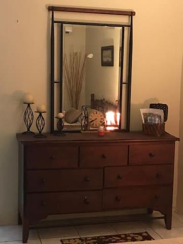 Comfortable drawer with mirror/Cómodo gavetero con espejo