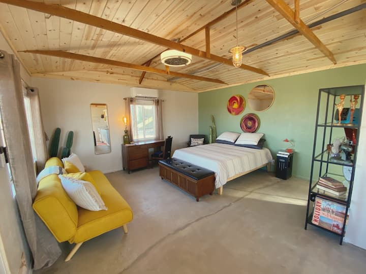 Mojave Desert cabin: hot tub, sauna, leisure areas