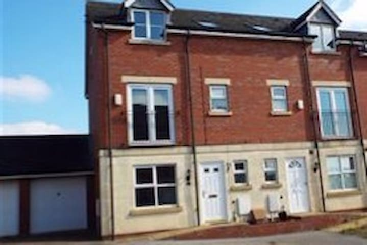 Modern, Spacious 3 Bed House in Edwinstowe Village - Edwinstowe - Adosado